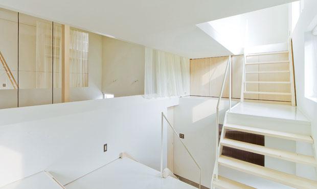 Un grande opern space invaso dalla luce. Attorno a questo fulcro ruota tutta l'architettura firmata da Jun Igarashi
