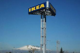 L'insegna del nuovo negozio Ikea con l'Etna sullo sfondo