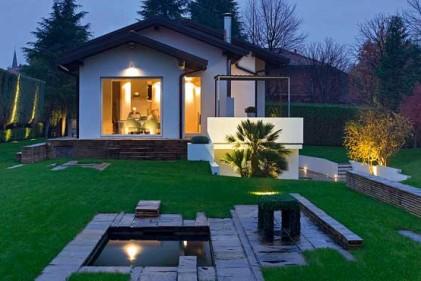 Gli esterni di una villa progettati dall'architetto Patrizia Pozzi. Importante la presenza di uno specchio d'acqua