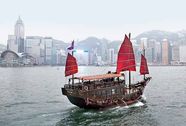Hong Kong è la città delle contraddizioni. Ferrari rosse che sfrecciano in Des Voeux Road e velieri tradizionali che fanno rotta sul porto