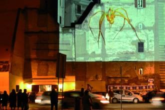 La storia sposa l'arte contemporanea nel progetto InvicoloXmas. Il tessuto urbano intorno a via del Governo Vecchio diventa spazio espositivo all'aperto attraverso installazioni e video proiezioni