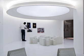 la meeting room è ricoperta da una superficie di fibre di carta riciclata che