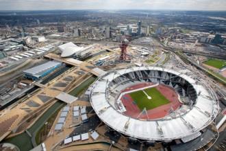 Le emergenze architettoniche di Londra 2012. Sulla sinistra l'edificio di Zaha Hadid; sulla destra il grande stadio.