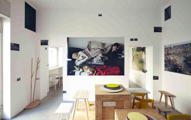 Allestimento della collezione New Standard di Karimoku insieme alle fotografie del progetto A Day di Shin Suzuki.