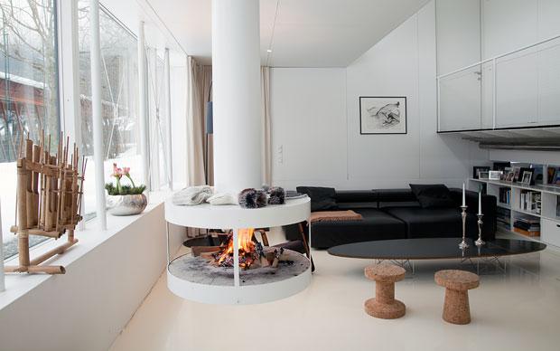 In netto contrasto con il bianco di pareti e pavimento