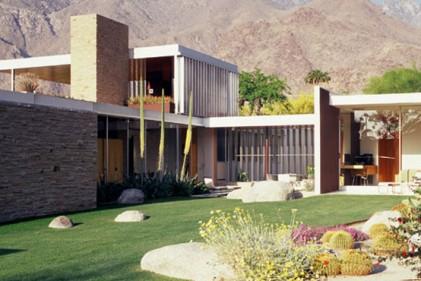 Ingresso alla Kaufmann House semi-nascosto da pietre e cactus. Sullo sfondo
