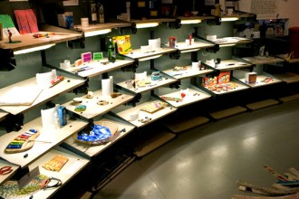 Una delle precedenti installazioni di Kiosk. Lo spazio commerciale ospita sul retro un ufficio e un'abitazione privata