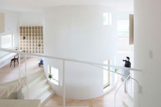 Le superfici curve e le scale caratterizzano gli interni della casa di Kitakami progettata da Nadamoto Yukiko Architects