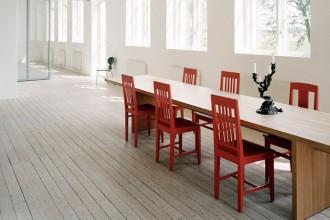 Il pavimento in legno di pino sbiancato riveste tutta l'abitazione di Ingegerd Råman e Claes Söderquist. Le finestre che si ripetono lungo la facciata della casa regalano un'eccezionale luminosità agli interni