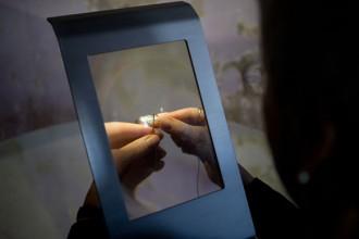 Dettaglio della lente fresnel della lampada MonoLight. Foto © Davide Farabegoli