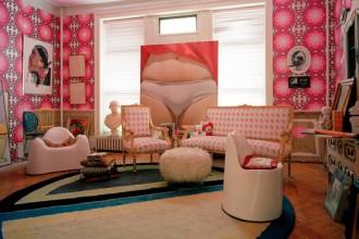 Il living di casa Leibowitz: i decori optical delle pareti a contrasto col lampadario vintage che domina la sala. Attorno al salotto impero le poltrone cilindriche a forma di denti Molar chair