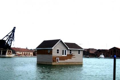 La casa galleggiante dell'artista statunitense Mike Bouchet ancorata nelle acque del Bacino dell'Arsenale. A pochi giorni dall'inaugurazione della Biennale