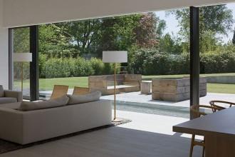Una grossa vetrata divide il soggiorno dall'esterno