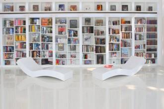 Una visione degli scaffali ricolmi di testi nella sala lettura