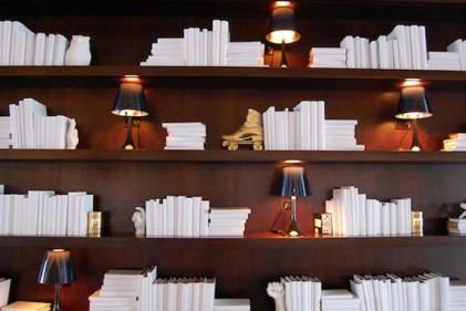 Tatcher Wine alla Juniper Books. Sulla destra un albero di Natale fatto con libri 'verdi'Foto Juniper Books