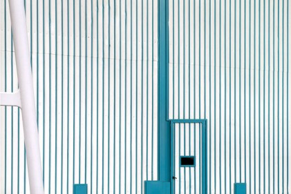 Le caratteristiche righe bianco-turchese di Riva. I colori aziendali colorano anche le pareti esterne del cantiere di Sarnico. Foto Mario Cresci