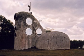 Progettare secondo natura. Nell'immagine una casa rivestita di conchiglie nel villaggio-comunità di Friland