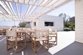 La struttura per il servizio bar e ristorante disegnata da Piero Lissoni per la spiaggia privata del Mare Pineta