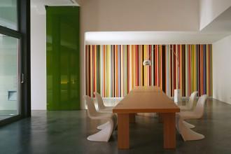 La parete multicolor è una prova dell'attenzione scrupolosa per i dettagli. Coerentemente con il gusto per le linee rette che caratterizza il progetto