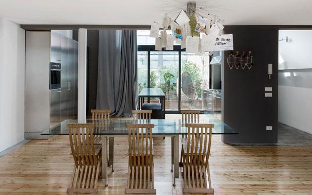 La zona pranzo con la cucina che si affaccia su una veranda