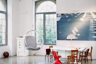 L'angolo studio arredato con la Bubble Chair a sospensione di Eero Aarnio per Adelta. Intorno alla scrivania in legno e metallo laccato