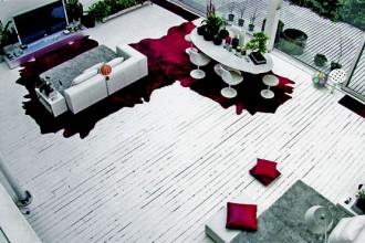 Bianco ottico e una pennellata di porpora due tonalità nette e contrastanti per il living del loft milanese in zona Lambrate