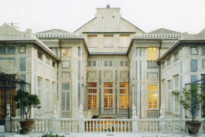 La facciata interna di Palazzo Lomellino vista dal giardino. La costruzione racchiude un microcosmo di storia e di arte italiana. In tre piani quattro secoli: l'architettura del Cinquecento