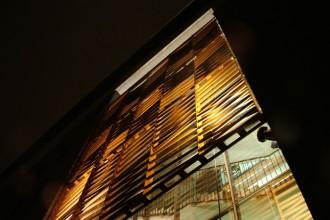 Una veduta notturna della facciata dell'edificio progettato da Kirsti Sivén & Asko Takala Architects
