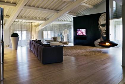"""Davanti alla parete di mosaico nero (con il """"Napoleone"""" di Carlo Dal Bianco per Bisazza)"""