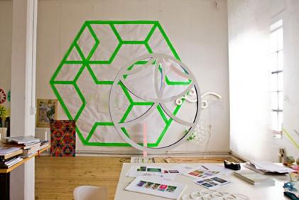 Lo studio di Astrid Krogh e alcuni prototipi delle sue opere luminose