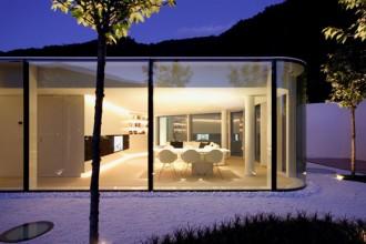 La casa è adagiata sul declivio di una collina sulle sponde del Lago di Lugano