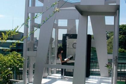 La cellula in metallo e vetro temperato è un progetto dalla designer giapponese Jun Ueno: «Una fusione tra arte e architettura»
