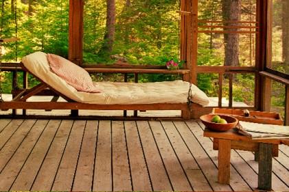 La veranda che dà sull'esterno è un'ottima posizione per comtemplare la natura. E per rilassarsi