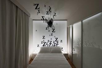 Zzzzzzzzzzzzz (la stanza Ape). Il ronzio dell'ape diventa il motivo grafico che fa da sfondo alla camera doppia