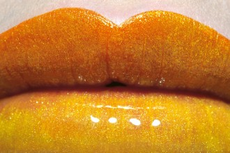 Il poster della mostra Make up – Designing Surfaces
