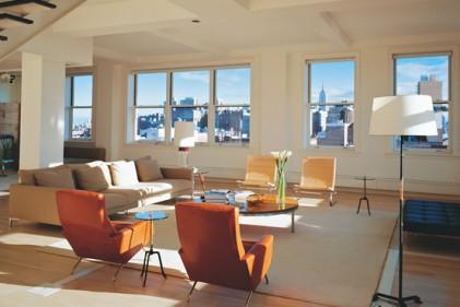 Lo skyline di New York visto attraverso le finestre del soggiorno dell'appartamento