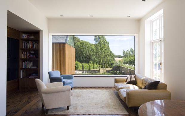Elementi sostanziali della ristrutturazione sono le finestre oversize. Quella del living dà sulla campagna inglese e sulla nuova costruzione