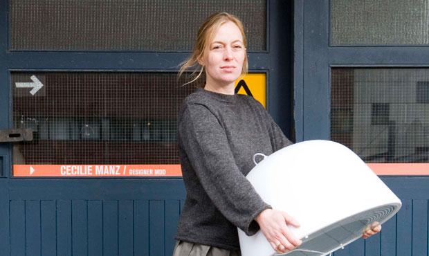 Cecilie Manz con la lampada Brancusi