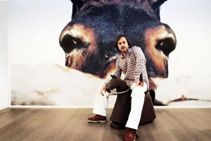 Marc Newson al Salone del Mobile di Milano. È ritratto nello stand di Magis