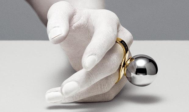 Chain. Una catena di maglie ovali giganti si avvolge attorno a collo