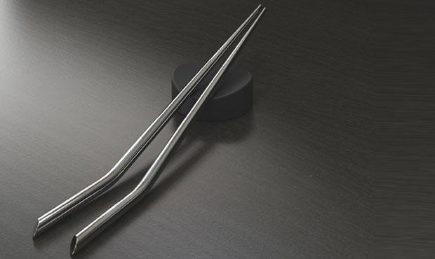 Le bacchette Angle disegnate da Aurelién Barbry in acciaio inossidabile e bambù laccato sono ispirate dalla giapponese tabella di oki. Vengono prodotte in una piccola fabbrica nella provincia cinese dello zhejiang da appena 20 lavoratori