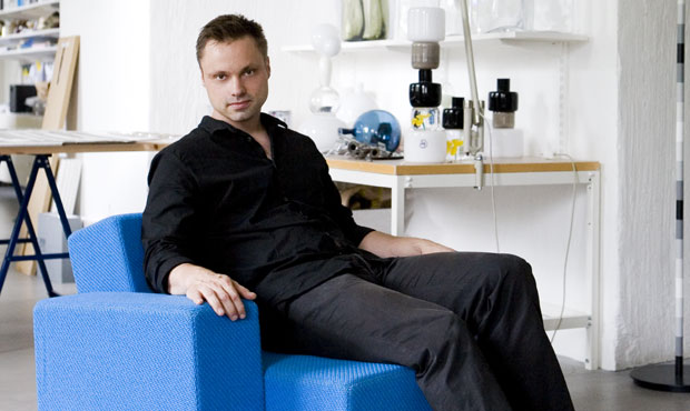 Klenell posa sulla seduta modulare Project 0001 & 0002