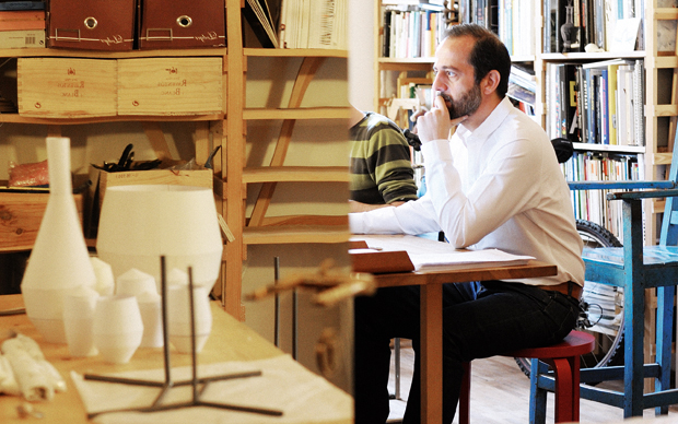 Il designer cipriota nella zona studio dell'edificio londinese di Lower Marsh