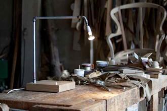 Lampada da Tavolo di Alessandro Marelli fa parte di un sistema di lampade realizzate collegando dei tubi per l'acqua mediante giunzioni standard. E' possibile ottenere diverse tipologie