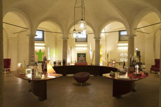 Una veduta d'insieme della mostra TOTem all'Ambroseum di Milano. Foto Laura Majolino