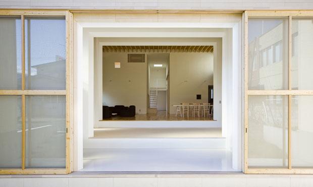 Materiali diversi e tre grandi portali suddividono l'open-space in tre zone