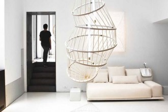 Davanti al Night & Day di Patrcia Urquiola per Molteni&C una delle instalalzioni luminose firmate da Constance Guisset