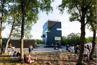 Il museo progettato da Steven Holl è una torre che si staglia nel paesaggio norvegese