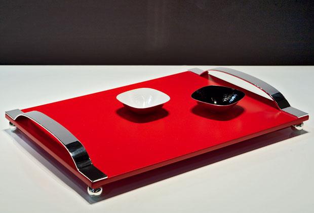 Ha il piano in legno laccato rosso e struttura metallica in lega argentata il vassoio Isi (cm 50x36