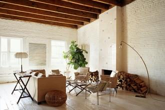 Dominano i colori chiari nel living della casa di Marco Pasanella a New York: 280 mq ricavati da una ex fabbrica in South Street